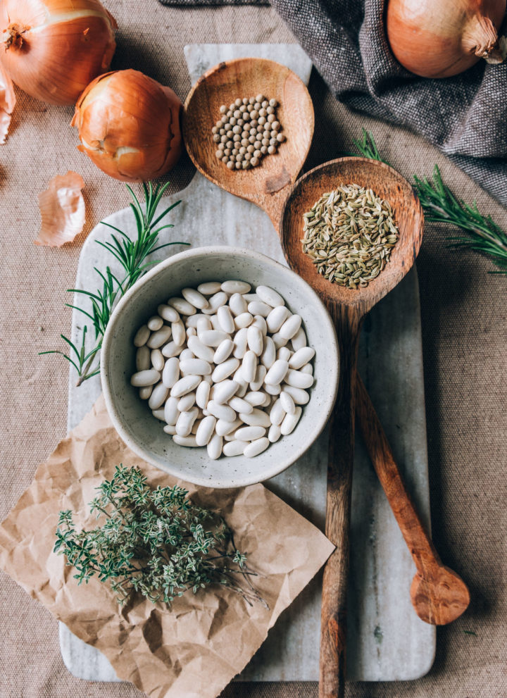 Fresh ingredients: thyme, rosemary, onion, fennel seeds and white beans